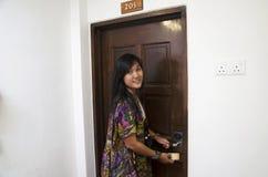 Podróżnik kobiety tajlandzkiego use kluczowa karta otwiera drzwi w hotelu Fotografia Royalty Free