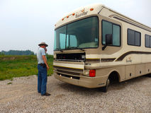 Podróżnik sprawdza silnika jego motorowy dom zdjęcia royalty free