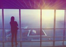 Podróżnik sylwetka przy lotniskiem Obrazy Stock