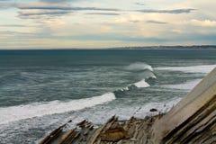 Podróżuje panoramiczna cudowna linia brzegowa z fala na oceanie w kolorowym niebie z chmurami Zdjęcia Stock