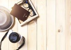 Podróży rzeczy na drewnianym biurku Obraz Stock