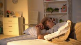 Podrażniony śpiący damy kręcenie w łóżku, zły nastrój w ranku, sen cykl, gnuśność zbiory