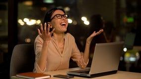 Podra?niony biznesowej kobiety obsiadania rozkrzyczany prz?d laptop, okupacyjny burnout zdjęcia stock