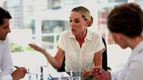 Podrażniony bizneswoman daje out koledzy zbiory wideo
