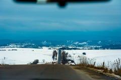 Podrażniony kierowca rusza się wolno na niezwykle biednych Ukraińskich drogach obrazy royalty free