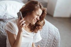 Podrażniony kobiety odmawianie słuchać jej partnera na telefonie Obraz Royalty Free