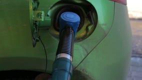 Podsadzkowy paliwo w samochodowego zbiornika przy stacją benzynową zbiory wideo