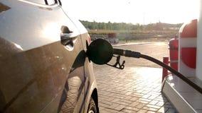Podsadzkowy samochód z benzynowym paliwem przy staci pompą zbiory