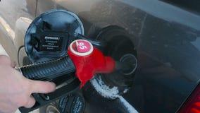 Podsadzkowy samochód z benzynowym paliwem przy staci pompą blisko lily farbuje miękki na widok wody zbiory