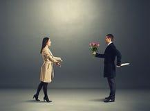 Podstępny mężczyzna z kwiatami i nożem fotografia royalty free