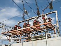 Podstaci linii kolejowej, ceramicznych i szklanych izolatory z drutami, Fotografia Royalty Free