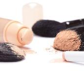 Podstawa, concealer ołówek i proszek z makeup muśnięciami, obraz stock