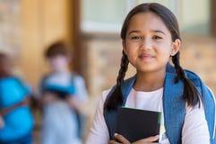 Podstawowa dziewczyna przy szkołą zdjęcie royalty free