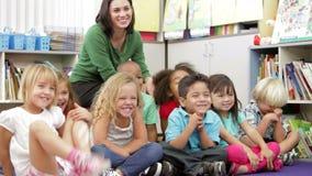 Podstawowi Pełnoletni ucznie Siedzi Na podłoga Z nauczycielem zdjęcie wideo