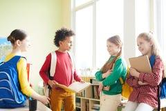 Podstawowi ucznie dyskutuje szkolnego projekt zdjęcia stock