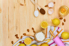 Podstawowi wypiekowi składniki i kuchenni narzędzia zamykają up Obraz Stock