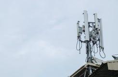 podstawowy błękitny telefon komórkowy nieba staci telekomunikacj wierza Obrazy Royalty Free