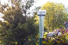Podstawowy przyrząd dla mierzyć kwotę precypitacja dla rolników w postaci pojemności z skala i postaciami Zdjęcia Royalty Free