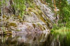 Podstawowy skalisty brzeg spokojny jezioro w Karelia obraz royalty free