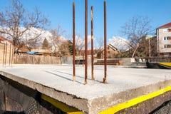 Podstawy baza nowego domu budynek z wzmacnieniem betonowy w górę budowy, stalowymi bary i wodny odosobnienie zamknięci zdjęcia stock
