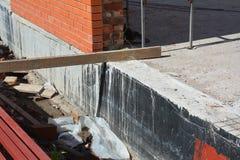 Podstawy Waterproofing i Wilgotni proofing narzuty Waterproofing domowa podstawa z kiścią na smole zdjęcie stock