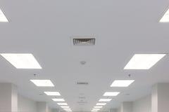 Podsufitowa oświetlenia i rury wydechowej żaluzja fotografia stock