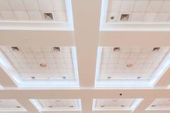 Podsufitowy gips biznesowy wewnętrzny budynek biurowy i lekki neonowy stylowy monochrom z kopii przestrzenią obraz stock