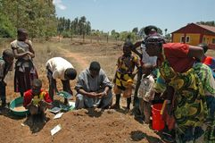 Podtrzymujący projekt w Pomerini wiosce w Tanzania, Afryka - Zdjęcia Royalty Free