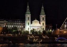 Podupadła część śródmieścia Farny kościół przy nocą, od Danube rzeki, Węgry zdjęcia stock