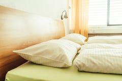 Poduszka na łóżkowym dekoracja pokoju obraz stock