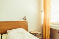 Poduszka na łóżkowym dekoracja pokoju zdjęcia royalty free