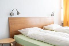 Poduszka na łóżkowym dekoracja pokoju obrazy royalty free