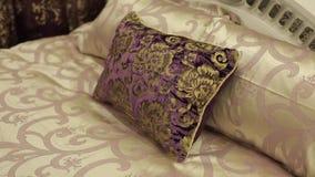 Poduszka na łóżku zdjęcie wideo