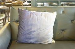 Poduszka na kanapie u?ywa dekoracj? w sklepie z kaw? zdjęcia royalty free