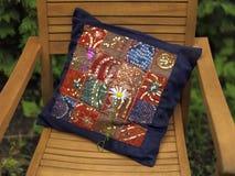 Poduszka na krześle w lato ogródzie obraz stock