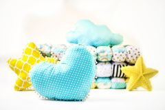 Poduszki i patchworku comforter na białym tle zdjęcie stock