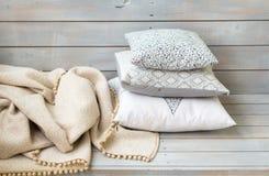 Poduszki i szkocka krata na lekkim drewnianym tle Obraz Royalty Free