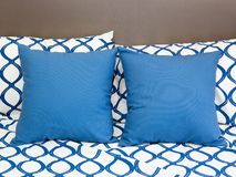 Poduszki na łóżku zdjęcie royalty free