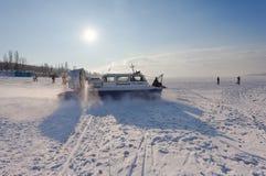 Poduszkowiec na lodzie zamarznięta Volga rzeka w Samara Obrazy Stock