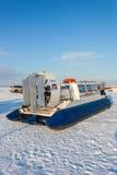 Poduszkowiec na lodzie zamarznięta rzeka Zdjęcia Stock