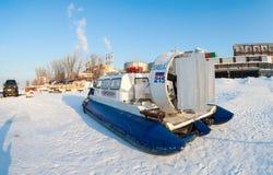Poduszkowiec na lodzie zamarznięta Volga rzeka w Samara Obraz Stock