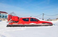 Poduszkowiec na lodzie zamarznięta Volga rzeka w Samara Zdjęcia Stock