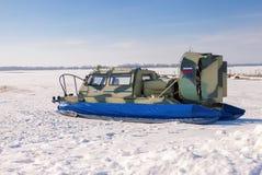 Poduszkowiec na lodzie zamarznięta Volga rzeka w Samara Zdjęcie Stock