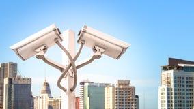 Podwójna inwigilacji cctv kamera na słupie w miasta wierza z racy lekkim skutkiem copyspace i, Używa dla inwigilacji kamery i zdjęcia stock