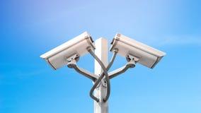 Podwójna inwigilacji cctv kamera na słupie z niebieskiego nieba i racy lekkim skutkiem, Używa dla inwigilacji kamery i ochrony za obraz royalty free