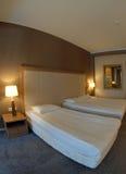 podwójne łóżka pokój Zdjęcia Royalty Free