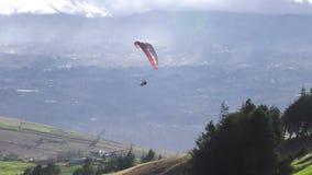 Podwójny Lub Tandemowy Paragliding Przeciw Potężnemu światłu słonecznemu zdjęcie wideo