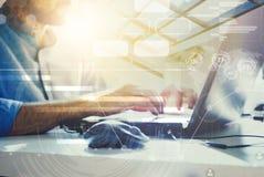 podwójny narażenia Biznesmen pracuje w nowożytnym biurze z nowożytną technologią wzrostowe mapy, biznesowy pojęcie, strategia, de Obraz Royalty Free
