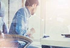 podwójny narażenia Biznesmen pracuje w nowożytnym biurze z nowożytną technologią wzrostowe mapy, biznesowy pojęcie, strategia, de Obrazy Stock