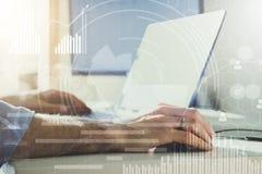podwójny narażenia Biznesmen pracuje w nowożytnym biurze z nowożytną technologią wzrostowe mapy, biznesowy pojęcie, strategia, de Zdjęcia Stock